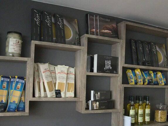 Produits en vente pâte, huile d'olives...